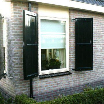Afbeelding Beuckenroode meubelmaker luiken voor het raam buiten
